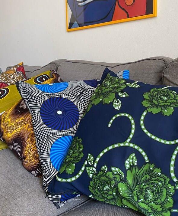 Cuscini da divano con stoffe in wax di CLOY